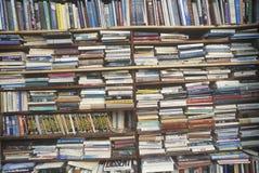 Hyllor fyllde med böcker Arkivfoton