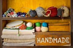 Hyllor fyllde med material och hjälpmedel för handgjort, broderi och handarbete arkivfoton