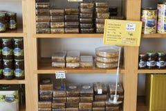 Hyllor lagrar specialiserat för försäljningen av honungbiet sörjer och blommar royaltyfria foton