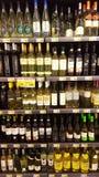 Hyllor med flaskor Att bordlägga shoppar royaltyfria foton
