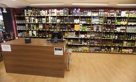 Hyllor med flaskor Att bordlägga shoppar och kassa royaltyfri bild