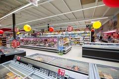 Hyllor med gods i en supermarket Fotografering för Bildbyråer