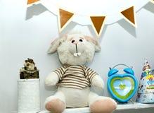 Hyllor med leksaker i närbild för barnrum Arkivfoto