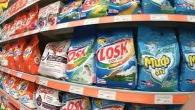 Hyllor med tvätteritvättmedel i supermarket arkivfilmer