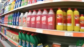 Hyllor med tvättmedel i den Domingo supermarket arkivfilmer