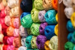 Hyllor med ull och garn i ett handarbete shoppar fotografering för bildbyråer
