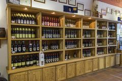 Hyllor med vin i Aosta Valley Arkivbilder