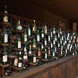 Hyllor med vinflaskor, Spanien Arkivbild