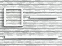 Hyllor på den vita tegelstenväggen Royaltyfria Foton