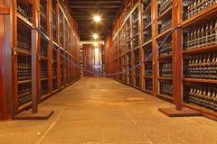 Hyllorna göras med vinflaskor Arkivbilder