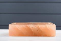 Hymalayan roze zout blok met barsten op donker grijs Si als achtergrond royalty-vrije stock afbeelding