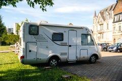Hymermobilrv witte die bestelwagen in stad wordt geparkeerd stock fotografie