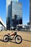 Hyper modernes Fahrrad nahe dem Kai des Flusses in Rotterdam stock abbildung