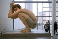 Hyper-realistiska skulpturer Ron Mueck - pojke ARoS Århus Kunstmuseum, Arhus arkivfoto