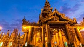 Hyper Zeitspanne-Tag zur Nacht um goldene Shwedagon-Pagode von Rangun Myanmar stock video footage