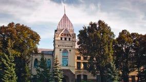 Hyperlaps van de historische bibliotheek en het museum met een toren tussen de bomen stock video