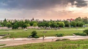 Hyperlapse με τα δραματικά σύννεφα και βροχή πέρα από το Βερολίνο Mauerpark στο χρόνο βραδιού απόθεμα βίντεο