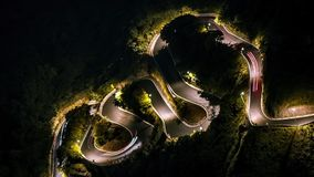 Hyperlapse της ανυψωμένης οδήγησης αυτοκινήτων άποψης στο όμορφο καμμμένο το S οδικό βουνό απόθεμα βίντεο