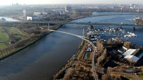 Hyperlapse της γέφυρας πεζών και ποδηλατών πέρα από το κανάλι απόθεμα βίντεο