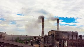 Hyperlapse Το αστικό τοπίο κάπνισε τη μολυσμένη ατμόσφαιρα από τις εκπομπές των εγκαταστάσεων και των εργοστασίων, άποψη των σωλή φιλμ μικρού μήκους
