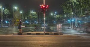 Hyperlapse городского транспорта ночи на пересечении улицы Timelapse автомобилей и движения мотоциклов сток-видео