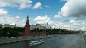 Hyperlapse реки Москвы Кремля и Moskva с туристическими суднами акции видеоматериалы