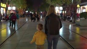 Hyperlapse сняло кавказской женщины и ее сына идя дорожка в старом центре города Пекин сток-видео