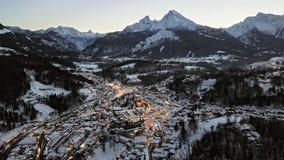 Hyperlapse aéreo de Berchtesgaden en el invierno, Baviera de la noche almacen de video