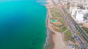 Hyperlapse aéreo do mar 4k de Tel Aviv As águas do mar Mediterrâneo lavaram a praia Telavive no distrito de Jaffa video estoque