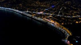 hyperlapse aéreo 4K de la 'promenade' de Francia de la noche Niza, opinión del mar Mediterráneo Opinión aérea de la ciudad de la  almacen de metraje de vídeo