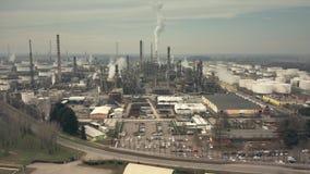 Hyperlapse aérien d'une grande usine chimique banque de vidéos