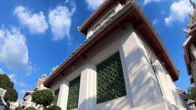 Hyperlapse alrededor antiguo la pagoda de oro de Wat Bowonniwet Vihara en Bangkok almacen de metraje de vídeo