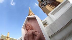 Hyperlapse alrededor antiguo la pagoda de oro de Wat Bowonniwet Vihara en Bangkok almacen de video