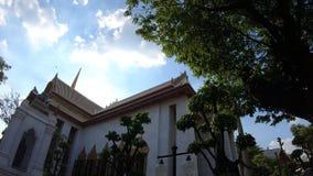Hyperlapse alrededor antiguo Wat Bowonniwet Vihara en Bangkok metrajes