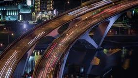 Hyperlapse antenn av huvudvägbron med upptagen trafik i den nigthTaipei staden stock video
