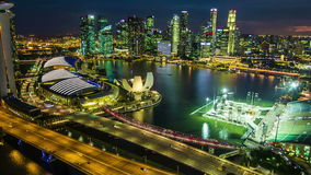Hyperlapse av Singapore stadshorisont på natten, Birdeyeview stock video