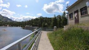 Hyperlapse che cammina sulla parete di una diga di un lago artificiale alpino Alpi italiane Orobie L'Italia Punto di vista della  stock footage