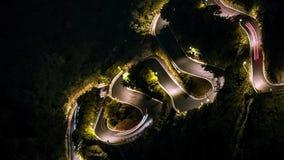 Hyperlapse de la conducción de automóviles elevada de la visión en S hermoso curvó la montaña del camino metrajes