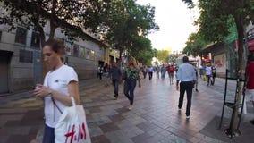 Hyperlapse de la marche dans la rue serrée du trafic à Madrid banque de vidéos