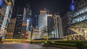 Hyperlapse de la opinión de la noche del tráfico de ciudad moderno a través de la calle con los rascacielos Lapso de tiempo Hon K metrajes