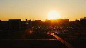 Hyperlapse de la puesta del sol del verano del mercado exterior del centro comercial con el aparcamiento para los coches en ciuda almacen de metraje de vídeo