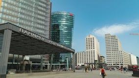 Hyperlapse del cuadrado de Potsdamer Platz Potsdam es una intersección importante de la arena pública y del tráfico en el centro almacen de metraje de vídeo
