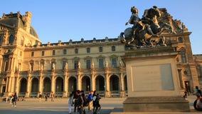 Hyperlapse del museo del Louvre stock footage
