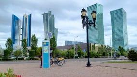 Hyperlapse del timelapse del bulevar de Nurzhol El nuevo edificio de oficinas moderno está en la capital de la república Astana,  almacen de video