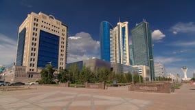 Hyperlapse del timelapse del bulevar de Nurzhol El nuevo edificio de oficinas moderno está en la capital de la república Astana,  metrajes