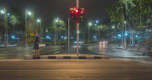 Hyperlapse del traffico cittadino di notte sull'intersezione della via Timelapse delle automobili e del movimento delle motocicle video d archivio