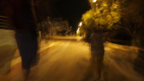 Hyperlapse della famiglia che cammina in via di notte video d archivio