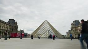 Hyperlapse della gente dal museo del Louvre archivi video