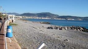 Hyperlapse des leeren Strandes von Nizza im Dezember stock video