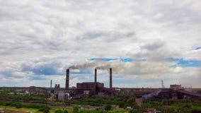 Hyperlapse El paisaje urbano fumó la atmósfera contaminada de emisiones de las plantas y de las fábricas, vista de tubos con humo metrajes